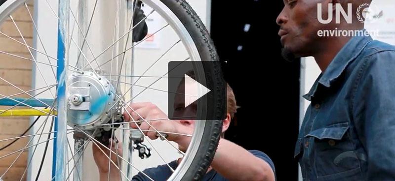Des vélos et des panneaux solaires au Kenya